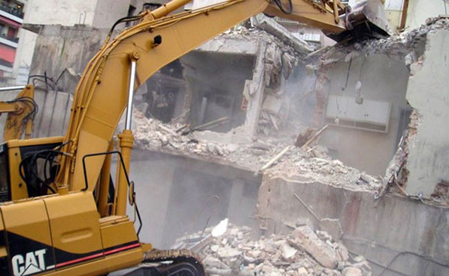Εργασίες κατεδαφίσεων επικινδύνως ετοιμόρροπων κτισμάτων στο Ηράκλειο
