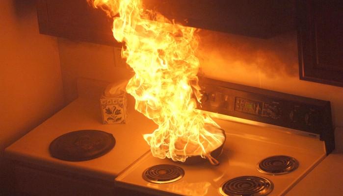 Είδε τη φωτιά στο σπίτι,έβγαλε έξω τα εγγόνια της και ειδοποίησε τις αρχές