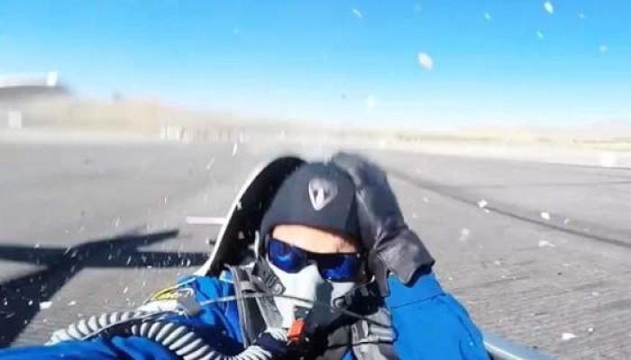 Εφτάψυχος! Γλύτωσε από το φτερό του αεροσκάφους για λίγα εκατοστά (βίντεο)
