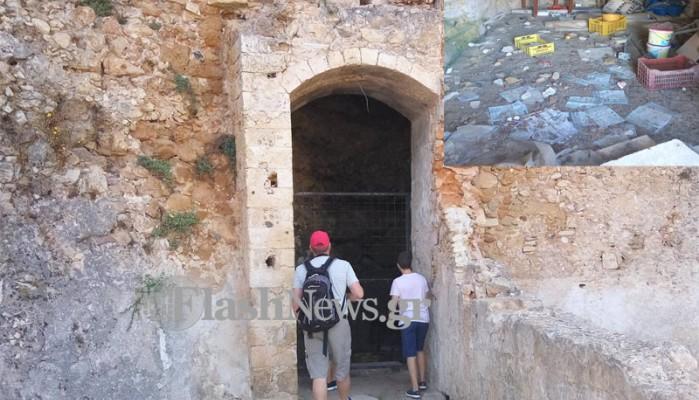 Τουρίστες καμαρώνουν τα σκουπίδια της παλιάς πόλης των Χανίων(φωτό)
