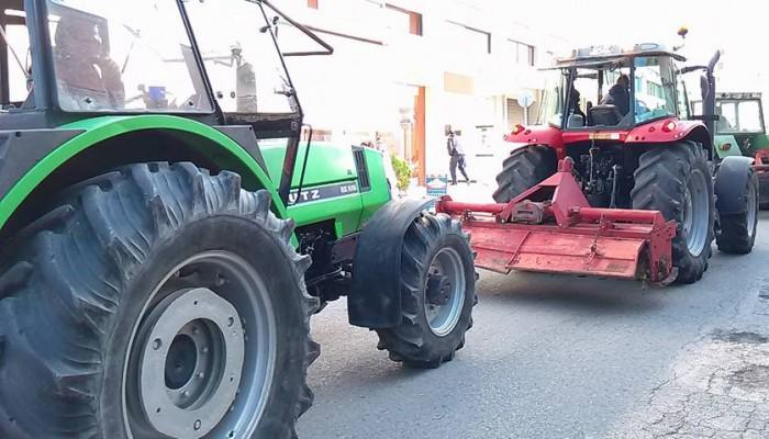 Με τα αγροτικά τους αυτοκίνητα ετοιμάζουν κινητοποίηση στα Χανιά