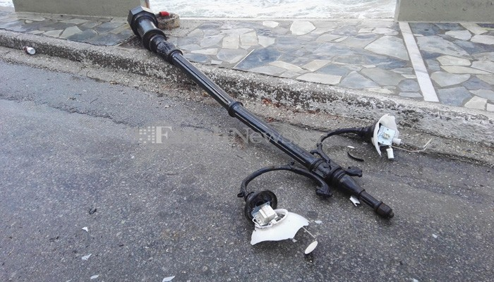 Προσοχή! Έπεσε και άλλη κολόνα φωτισμού στο Κουμ Καπί στα Χανιά  (φωτο)
