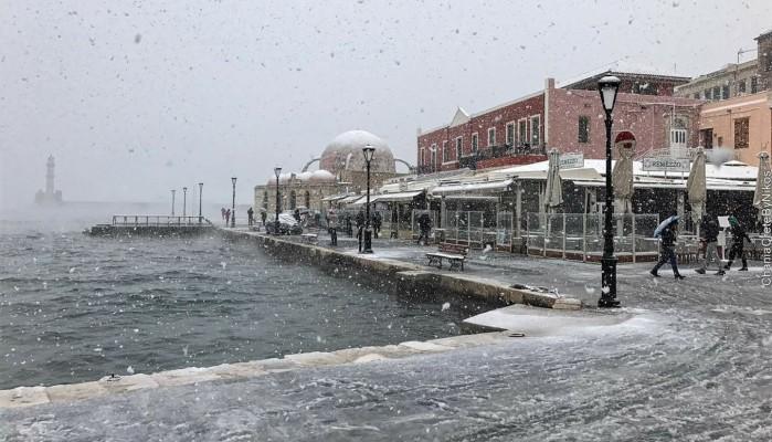 Χιόνια στο κέντρο των Χανίων μετά από 13 χρόνια! (φωτό - βίντεο)