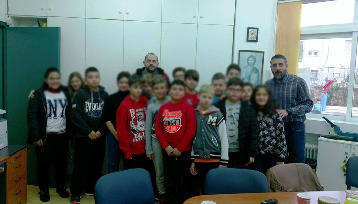 Ο Π.Κουτσάκης με τους μικρούς δημοσιογράφους του 19ου Δημοτικού Χανίων