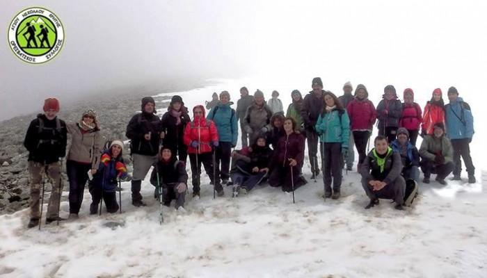 Πεζοπορία στις χιονισμένες πλαγιές της Σελένας