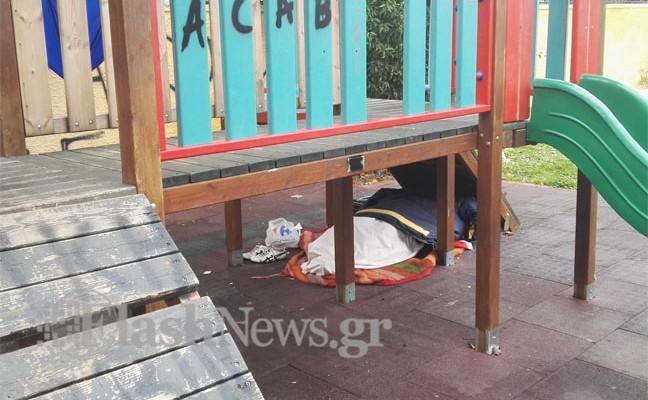 Άστεγος κοιμάται εδώ και ένα μήνα σε παιδική χαρά των Χανίων (φωτό)