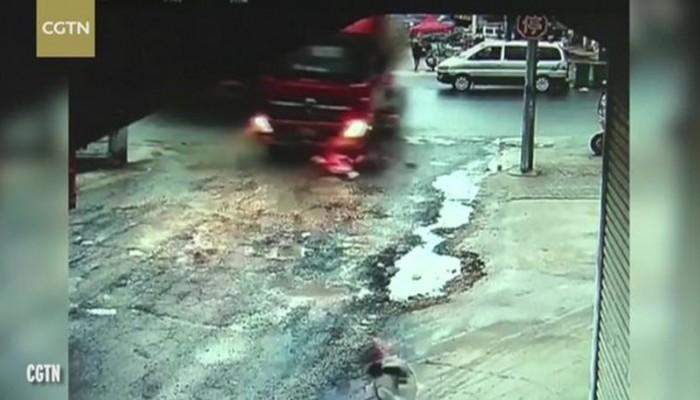 «Τρελό» φορτηγό παρασύρει δύο κορίτσια που γλίτωσαν από θαύμα