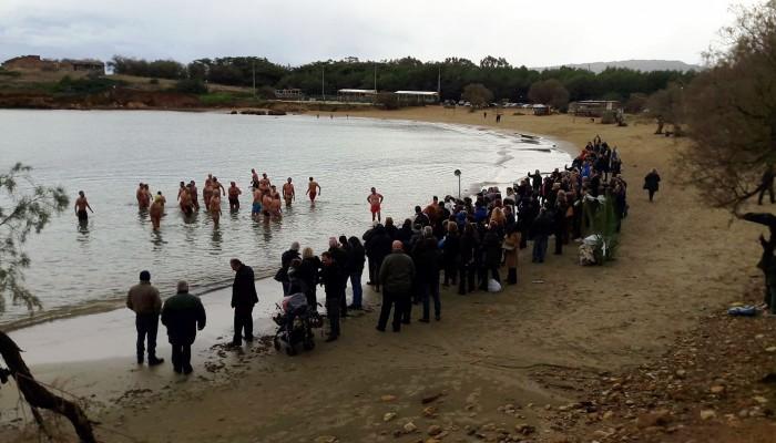 Ο αγιασμός των υδάτων στην παραλία των Αγίων Αποστόλων (φωτο – βίντεο)
