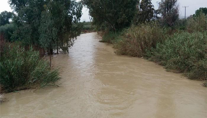 Οδηγός εγκλωβίστηκε στο αυτοκίνητο περνώντας απο ποτάμι στην Κρήτη