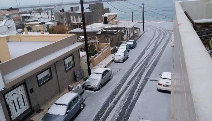 Κάτασπρη μέρα ξημέρωσε στο Ρέθυμνο - Χιόνι μέχρι την θάλασσα στο Ηράκλειο