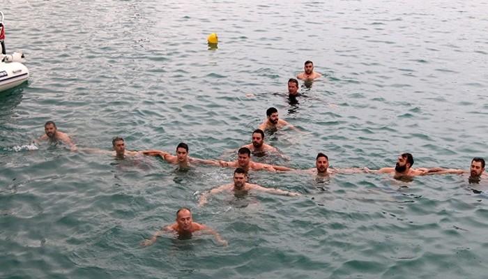 Ηράκλειο: Δεν έριξαν τον σταυρό τον σχημάτισαν όμως οι ίδιοι οι κολυμβητές