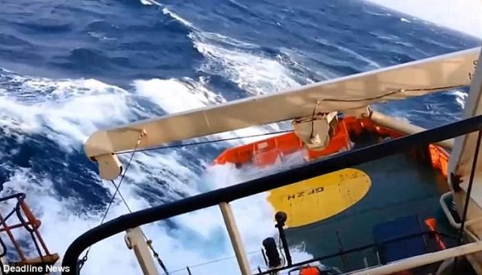 Κόβει την ανάσα: Διασωστικό σκάφος δίνει μάχη με κύματα 20 μέτρων