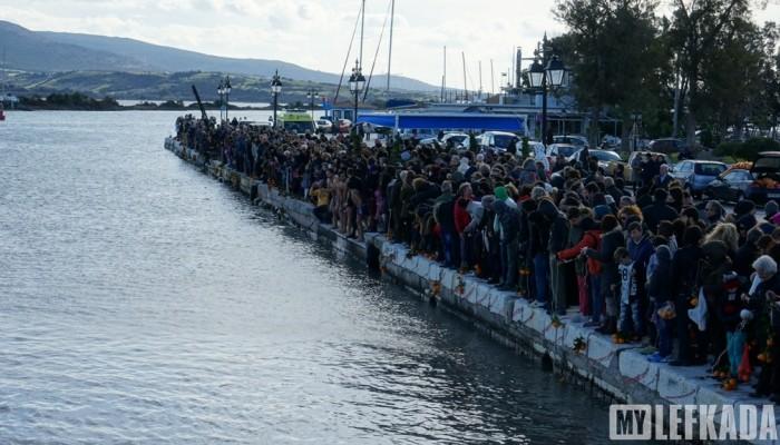 Θεοφάνεια: Στη Λευκάδα μαζί με τον Σταυρό πετούν και πορτοκάλια!