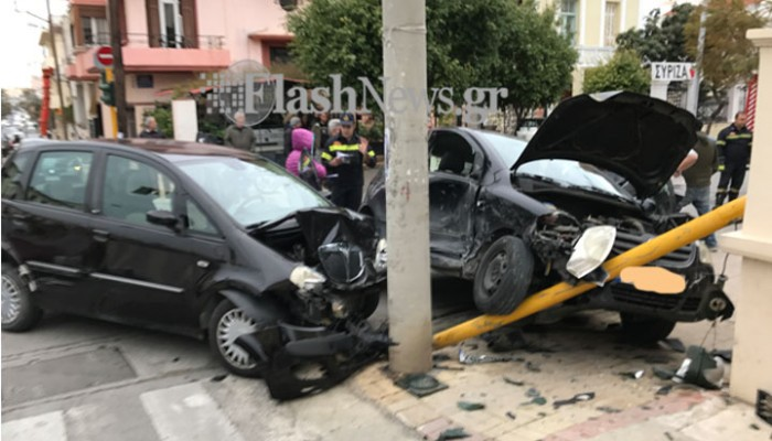 Σφοδρή σύγκρουση μεταξύ δύο αυτοκινήτων στην Νεάρχου στα Χανιά (φωτό)