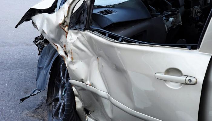 Αυτοκίνητο με πέντε άτομα καρφώθηκε σε κολώνα στο Αβδού
