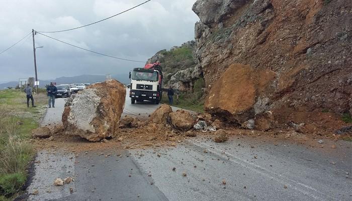 Τεράστιοι βράχοι έπεσαν στον δρόμο Κισσάμου - Πλατάνου στα Χανιά (φωτο)