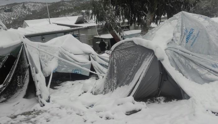 Ενώ ξεπαγιάζουν οι πρόσφυγες οι ΜΚΟ συνεχίζουν το πάρτι