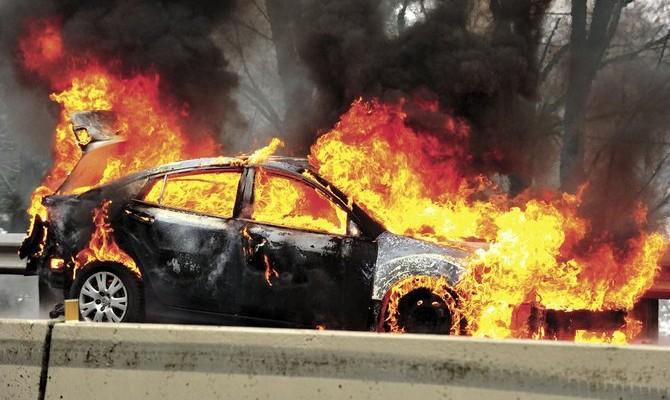 Πυρκαγιά σε αυτοκίνητο κοντά σε νυχτερινό κέντρο στο Ηράκλειο