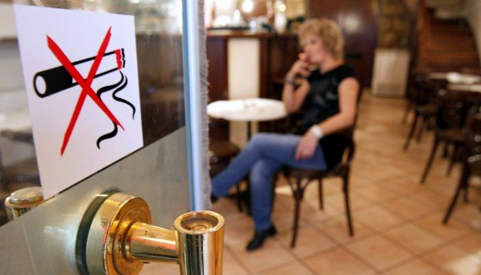 Ξεκινούν και πάλι έλεγχοι για τον αντικαπνιστικό νόμο-Τσουχτερά τα πρόστιμα