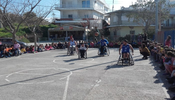 Έπαιξαν μπάσκετ σε αναπηρικά αμαξίδια με μικρούς μαθητές!