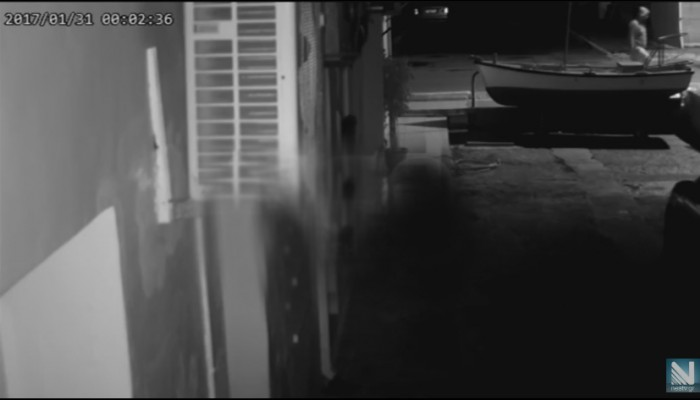 Βίντεο με τον κουκουλοφόρο που έσπασε τα τζάμια του ιχθυοπωλείου στη Σούδα