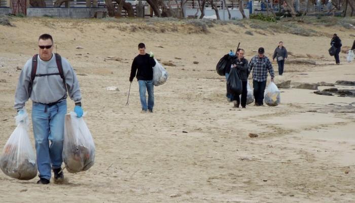 Αμερικανοί πλήρωμα του αεροπλανοφόρου καθάρισαν την παραλία του Σταυρού