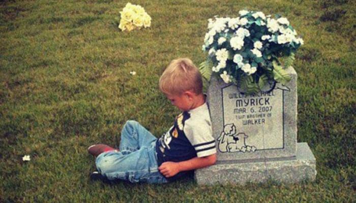 Πηγαίνει στον τάφο του αδερφού του και του λέει για την ζωή του