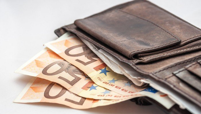 Βρήκε πορτοφόλι με χρήματα και το παρέδωσε - Αναζητείται ο ιδιοκτήτης του