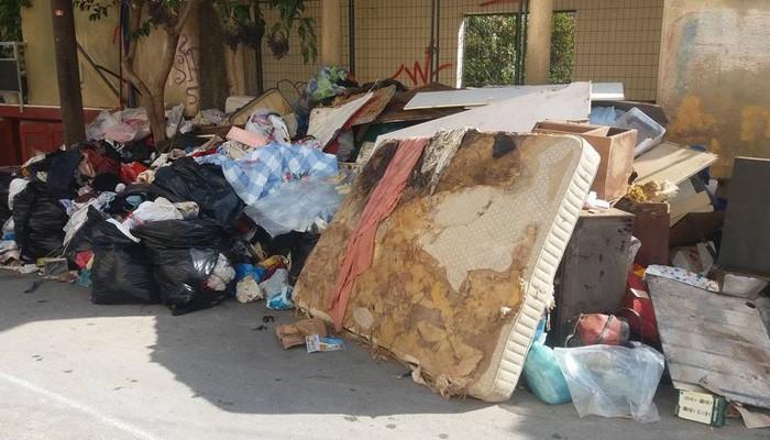 Γέμισαν τον δρόμο στα Χανιά με άχρηστα υλικά απο ολόκληρο σπίτι!