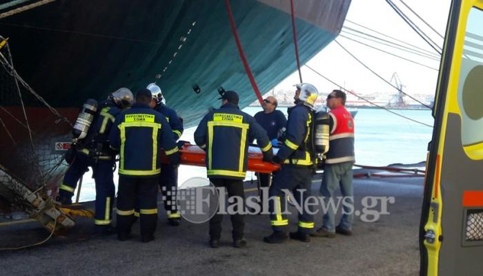Πυρκαγιά και ένας εγκλωβισμένος σε πλοίο στο λιμάνι