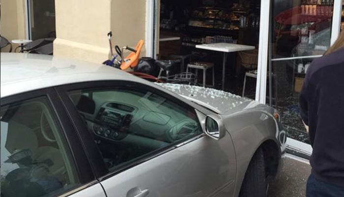 Μπήκε στην είσοδο του καφενείου στο Ηράκλειο με το αυτοκίνητο