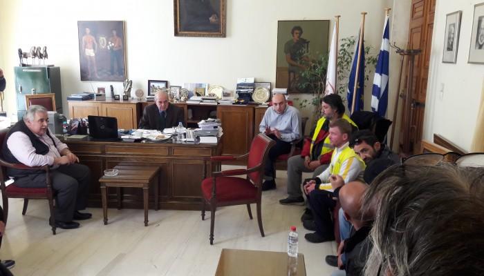 Στον δήμαρχο οι συμβασιούχοι της καθαριότητας - Ήδη εκτός μισθοδοσίας οι 17