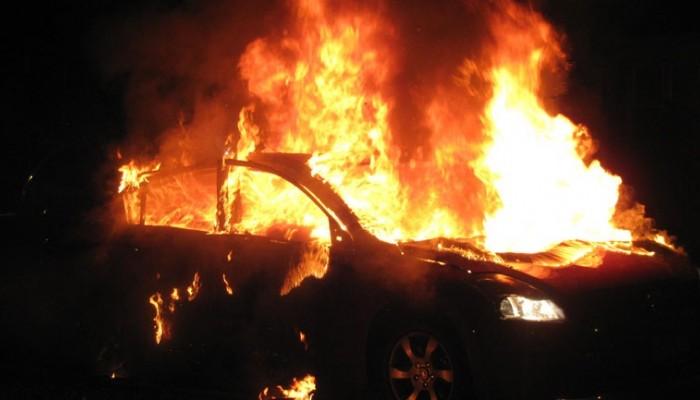 Στις φλόγες τυλίχθηκε πολυτελές αυτοκίνητο στο Ηράκλειο