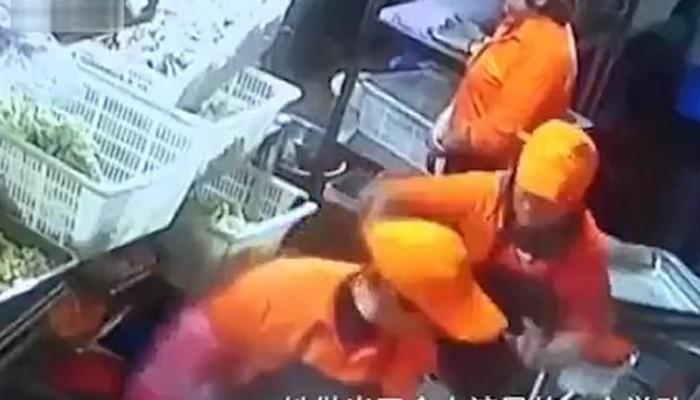 Τσακώθηκε με συνάδελφό της και της πέταξε κατσαρόλα βραστού νερού(βιντεο)