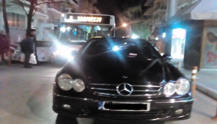 Πολίτες «σήκωσαν» Mercedes που εμπόδιζε τη διέλευση λεωφορείου (βίντεο)