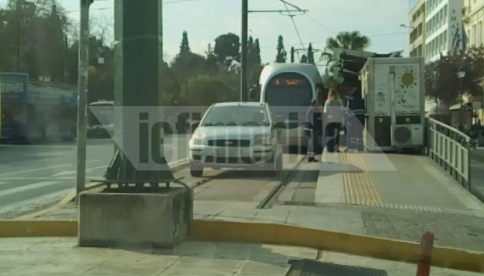 Οδηγοί ΙΧ έχουν κάνει θέση στάθμευσης τις ράγες του τραμ στο Σύνταγμα