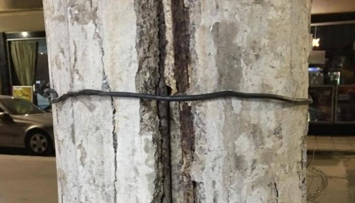 Στύλος υπό κατάρρευση μέσα στο κέντρο των Χανίων (φωτό)