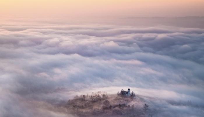 Το απόκοσμο χωριό που πνίγεται από την ομίχλη