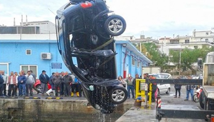 Οδηγός έκανε όπισθεν και εγκλωβίστηκε στο αυτοκίνητο που έπεσε στη θάλασσα