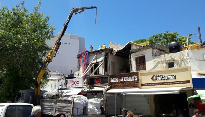 Γερανός γκρέμισε το επικίνδυνο κτίριο στην πλατεία Λιονταριών