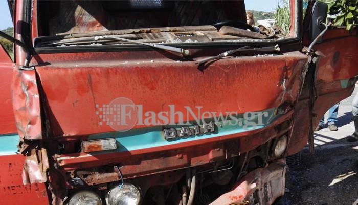 Φορτηγάκι έπεσε πάνω σε τοίχο στην Αγιά - Εγκλωβίστηκε ο οδηγός (φωτό)
