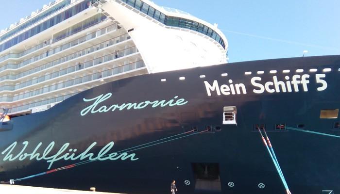 Το νεότευκτο «Mein Schiff 5» για πρώτη φορά στο λιμάνι της Σούδας