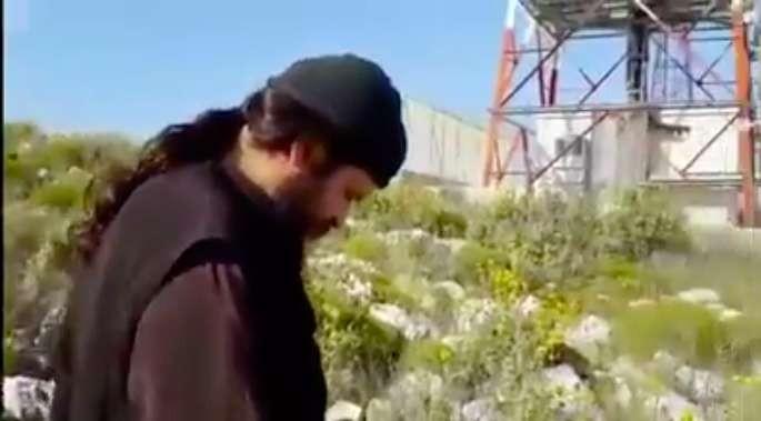 Νεαρός μοναχός (;) εξορκίζει κεραία κινητής τηλεφωνίας (βίντεο)