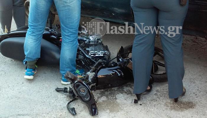 Διπλός τραυματισμός στον Κουμπέ -Μηχανάκι συγκρούστηκε με αυτοκίνητο (φωτό)