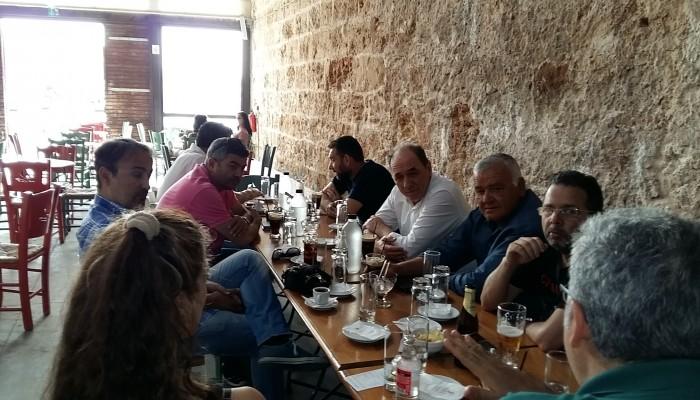 Χανιά: Συνάντηση για... καφέ και κουβέντα είχε ο Σταθάκης με δημοσιογράφους