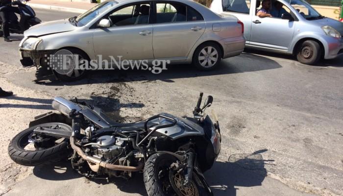 Μηχανή συγκρούστηκε με αυτοκίνητο σε τροχαίο στα Χανιά (φωτο)