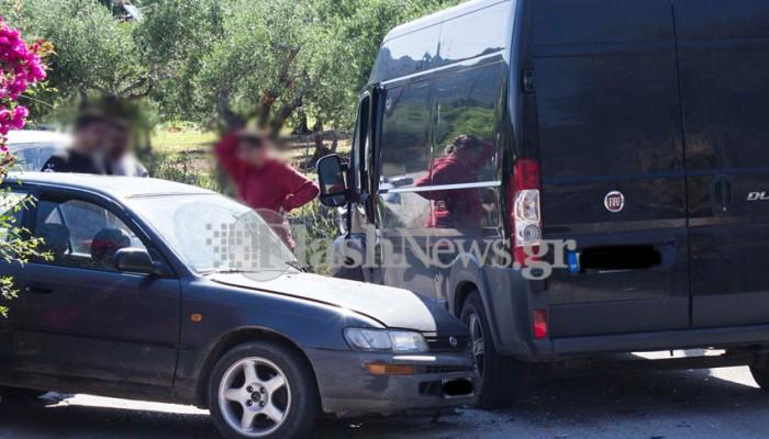 Κλούβα συγκρούστηκε με ΙΧ αυτοκίνητο στον Βάμο (φωτό)