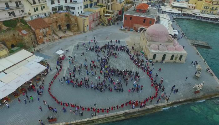 Ενώθηκαν όλοι σε κύκλο και χόρεψαν κρητικά στο ενετικό λιμάνι Χανίων (φωτο)