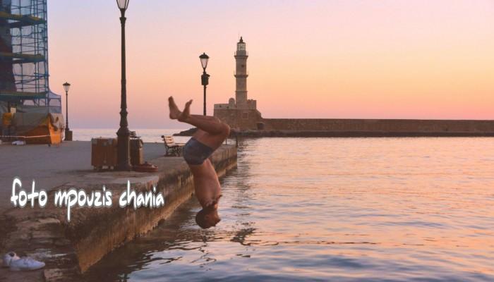 Πρωινές...βουτιές στο ενετικό λιμάνι των Χανίων (φωτο)