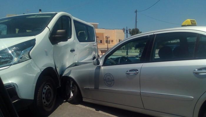Κλούβα συγκρούστηκε με ταξί στο Γεράνι
